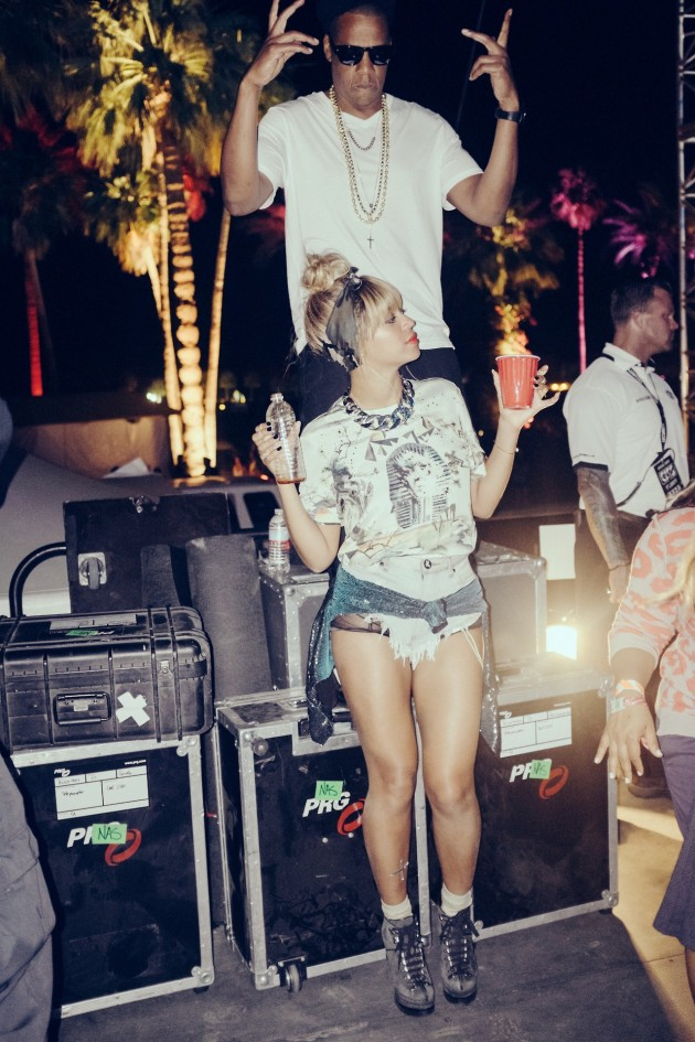 Beyonce-Coachella-2014-Azzedine-Alaia-Lace- Front-Ankle-Boots- Balenciaga Sphinx -Tee- One-Teaspoon- 505-Rollers-Shorts-3