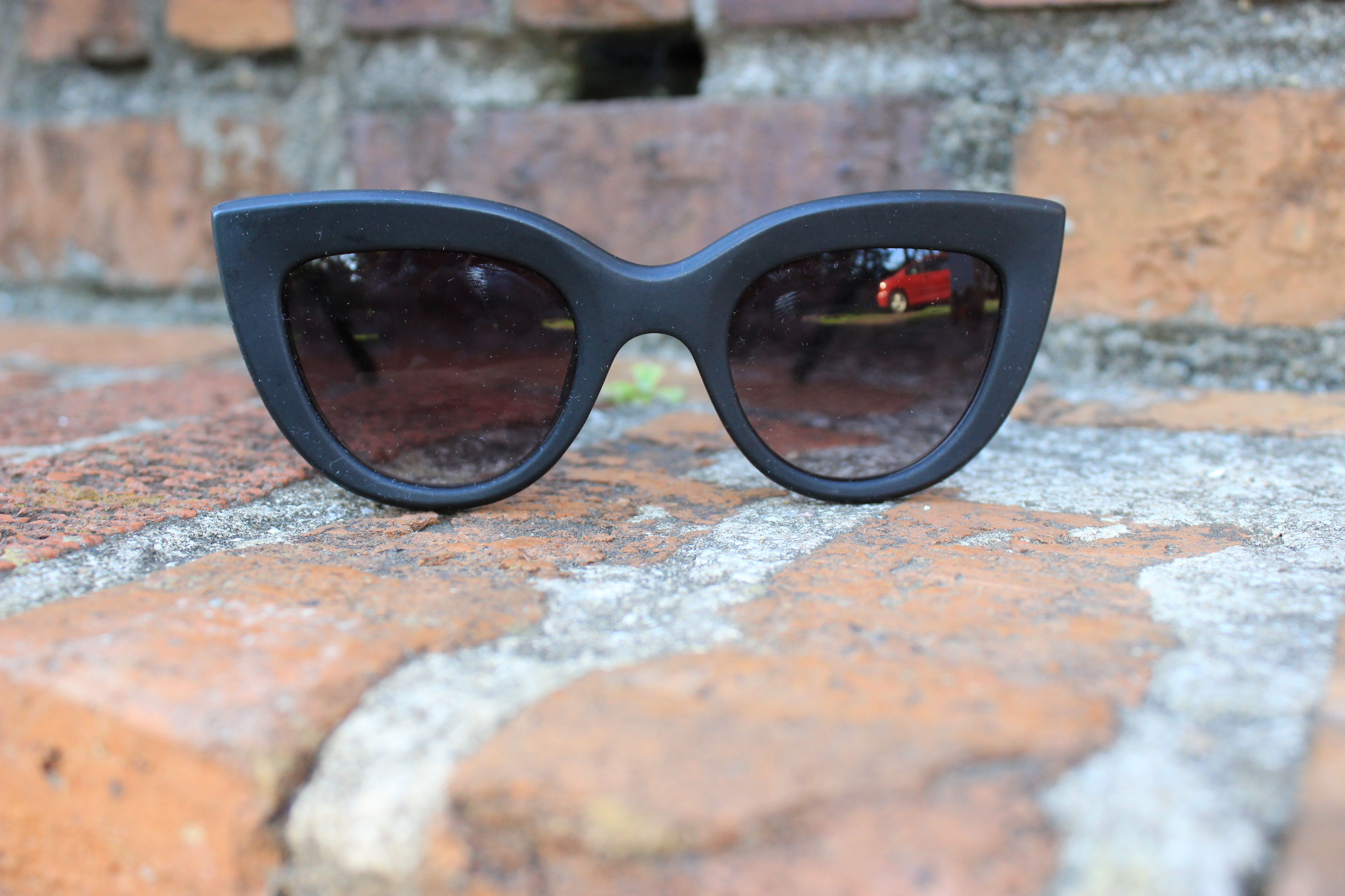 Style-Guide-Summer-Sunglasses-Summer-Sunglass-trends-2016-mirror-tinted-sunglasses-mirrored-ombre-effect-lenses-aviator-trend-2016-cat-eye-frame-sunglasses-2016-round-frame-sunglass-trend-thick-square-frame-sunglasses-Oohlalablog-15